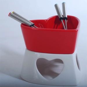 Um conjunto de fondue de chocolate em forma de coração