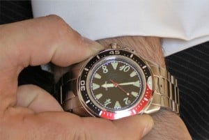 Relógio com uma câmara invisível embutida de origem